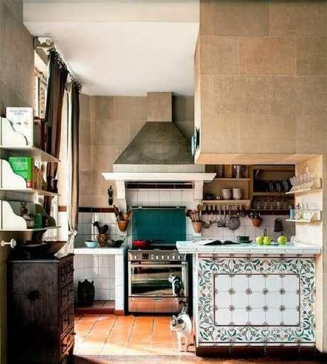 77. Cozinha com decoração rústica e azulejos retrô. Fonte: Pinterest