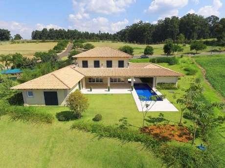 69. Casa de fazenda com piscina retangular. Fonte: Pinterest