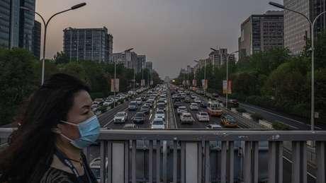 Pedestre em Pequim; China tem alcançado suas metas de controle de emissões, mas sofre pressão para adotar objetivos mais ambiciosos
