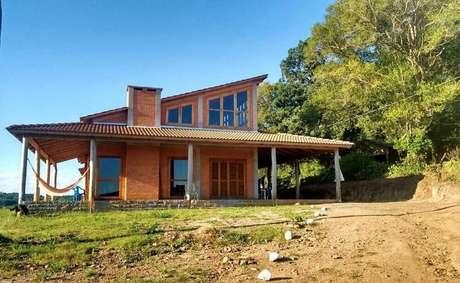 42. Casa de fazenda com varanda espaçosa