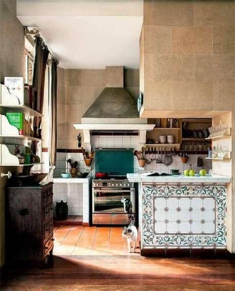 40. Os azulejos decorativos são perfeitos para cozinhas de fazenda.