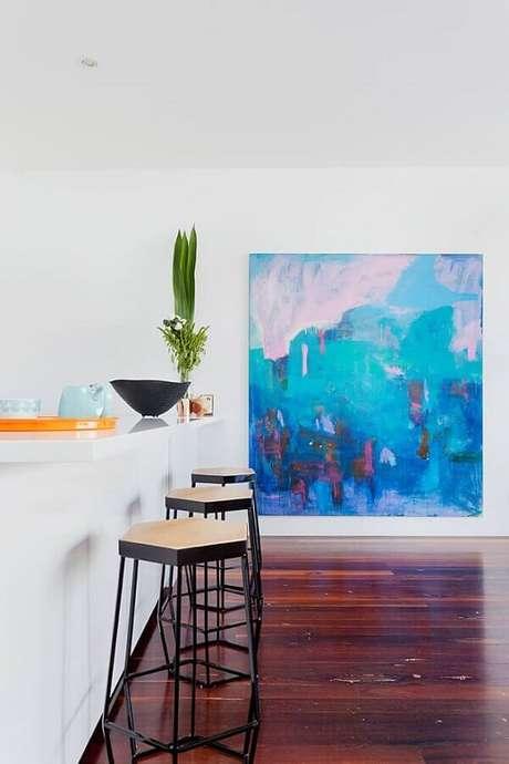 2. Decoração minimalista com quadro abstrato grande – Foto: Pinterest