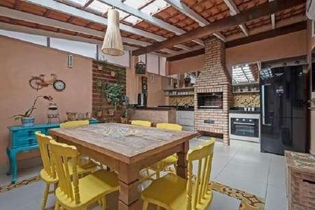 60. Área gourmet integrada com móveis rústicos e geladeira inverse. Fonte: Pinterest