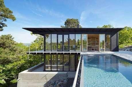 67. Casa de fazenda com fachada de vidros e piscina com borda infinita. Fonte: Pinterest