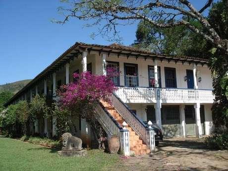 1. As casas de fazenda antigas costumam ter uma varanda bem espaçosa, ótima para relaxar.
