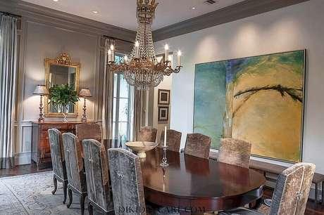 47. Quadro grande para sala de jantar sofisticada decorada com lustre de cristal – Foto: Pinterest