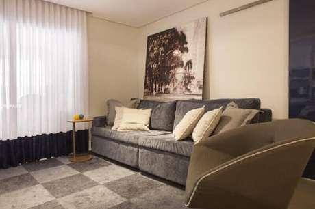 25. Decoração simples para sala de estar com quadro grande – Foto: Carolina Vilela