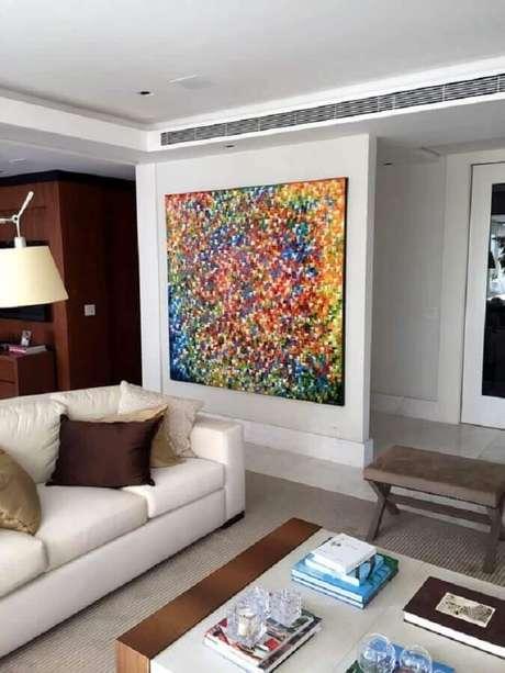44. Quadro grande colorido para decoração de sala com sofá branco – Foto: Elo7