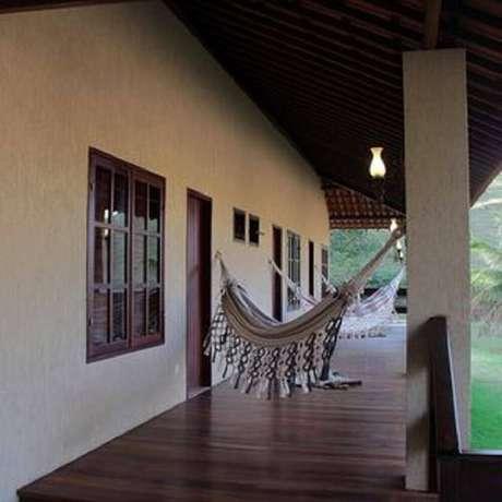45. Utilize redes para deixar a sua varanda da casa de fazenda ainda mais confortável