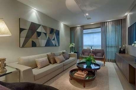 20. Decoração em cores claras para sala de TV com quadros decorativos grandes – Foto: Jeito de Casa