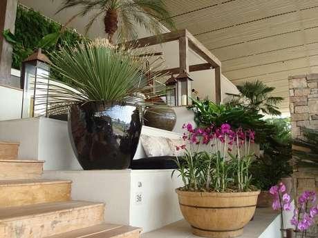 94. Vasos encantam a entrada dessa casa de fazenda. Fonte: Free Image