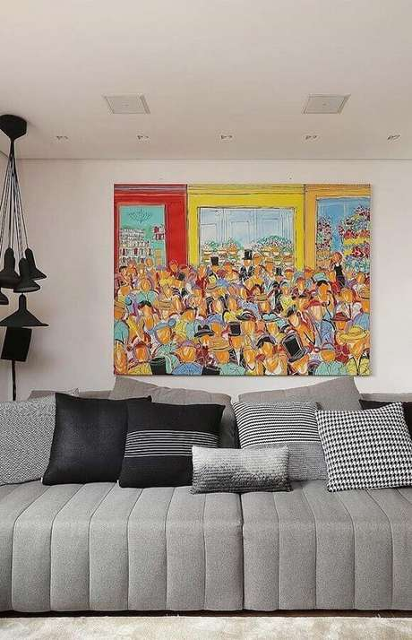 32. Quadro grande colorido para decoração de sala com sofá cinza – Foto: Pinterest