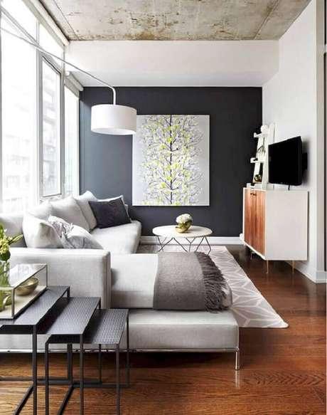 39. Quadro grande para sala de estar cinza e branca decorada com sofá com chaise – Foto: Pinterest