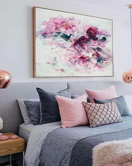 9. Decoração com quadro grande para quarto cinza e rosa – Foto: Pinterest
