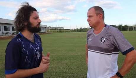 Cartolouco e técnico do Rsende Sandro Sargentim em websérie (Reprodução/YouTube Cartolouco)