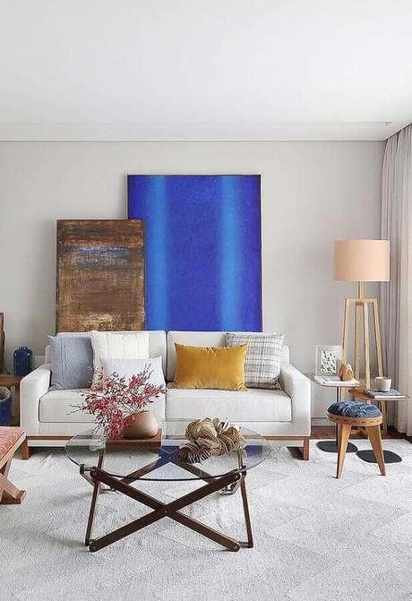52. Decoração com quadros grandes para sala de estar simples – Foto: Jeito de Casa