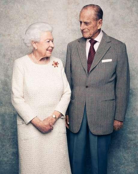 """A rainha Elizabeth e o príncipe Philip em foto comemorativa dos 70 anos de casados, em 2017: morte do marido produziu """"profunda tristeza"""" na monarca"""