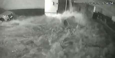 Em Vila Velha, estrutura de piscina é corrompida por infiltração e laje desaba sobre garagem do andar inferior