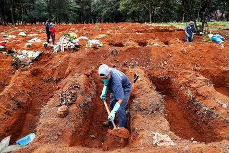 Abertura de covas no Cemitério da Vila Formosa, em São Paulo, em foto de arquivo