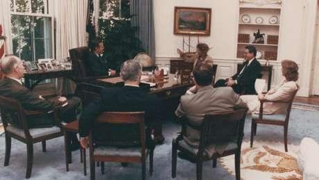 Jonna conseguiu esconder sua identidade em um encontro com o presidente George H. W. Bush ao usar uma máscara