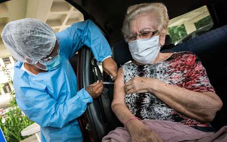 Dona Margarete Sequeira de 87 anos de idade, residente da cidade de Niterói (RJ), recebe sua segunda dose da vacina CoronaVac no Drive-Thru do campus do UFF - Gragoatá