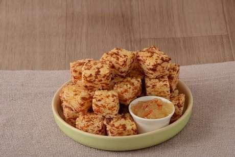 Guia da Cozinha - Receita prática de dadinho de tapioca com geleia de abacaxi com pimenta