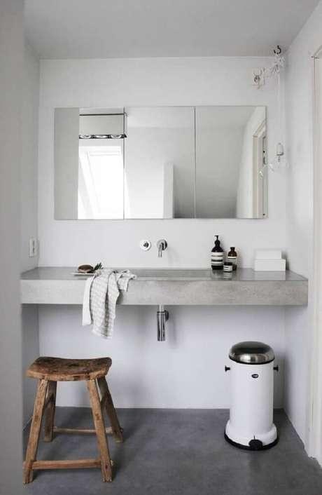 6. A espelheira ficou linda sobre a bancada de cimento queimado banheiro. Fonte: Pinterest