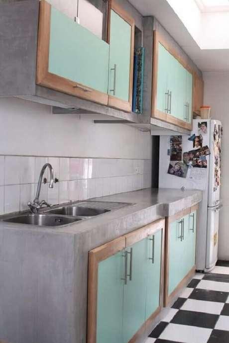 40. Decoração simples com bancada de cozinha de cimento queimado e armários com portas verdes. Fonte: Arquidicas