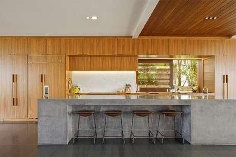 31. Cozinha ampla e moderna com bancada de cimento queimado. Fonte: Limaonagua