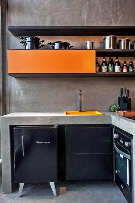 50. Seja criativo e opte pela bancada de cimento queimado na cozinha. Fonte: Pinterest