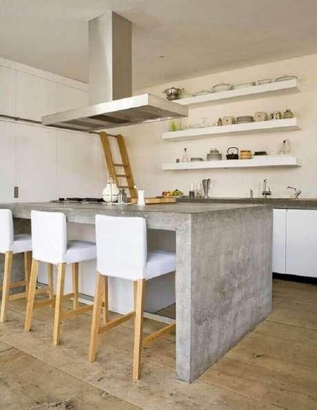 30. Bancada de cozinha de cimento queimado e prateleiras brancas decoram o ambiente. Fonte: Você Precisa Decor