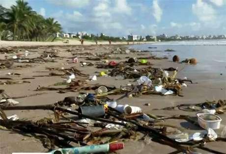 Cerca de 40 toneladas de lixo foram levadas pelas ondas do mar às praias do Rio Grande do Norte e da Paraíba nos últimos dias.