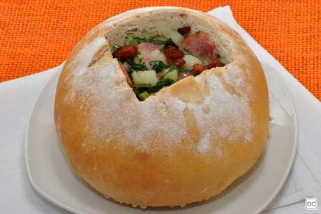 Guia da Cozinha - Receita de caldo verde com bacon no pão italiano