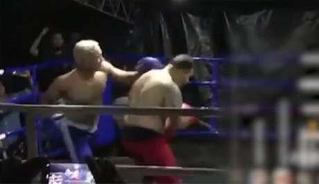 Lutador de calção vermelho sofreu muitos golpes na cabeça e morreu no hospital (Foto: Reprodução/ Rede Clube)