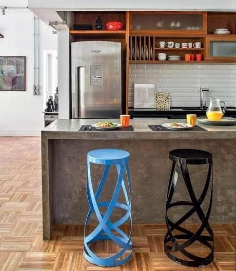 1. Cozinha com bancada de cimento queimado e banquetas modernas. Fonte: Decostore