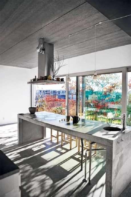 16. A iluminação natural invade a cozinha e realça a presença da bancada de cimento queimado. Fonte: Pinterest