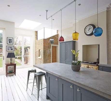 20. Aposte em uma cozinha planejada com bancada de cimento queimado e armários embutidos. Fonte: Cimento Mauá