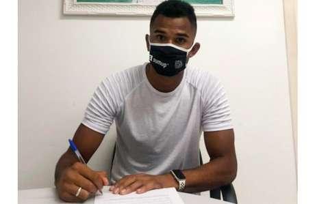 Zagueiro Derick assina a renovação de contrato com o Santos (Foto: Divulgação)