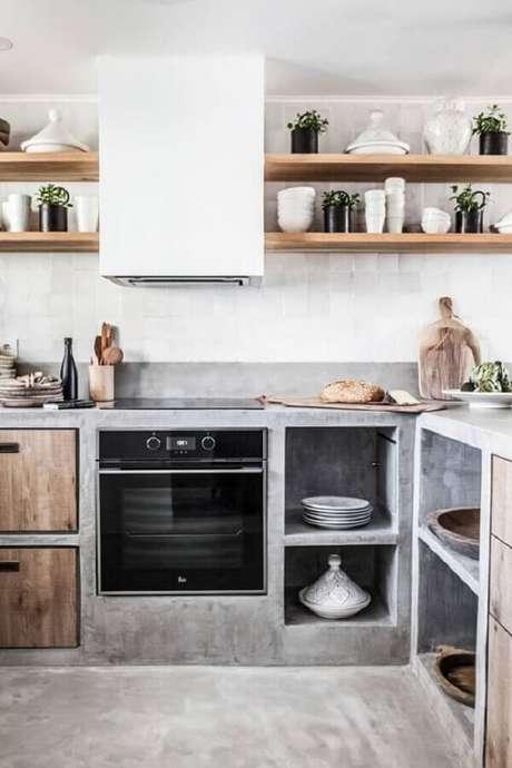 29. Bancada de cimento queimado feita sob medida para a cozinha do imóvel. Fonte: Planete Déco