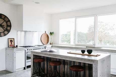 32. Cozinha bem iluminada com bancada de cimento queimado. Fonte: Greig Design & Construction