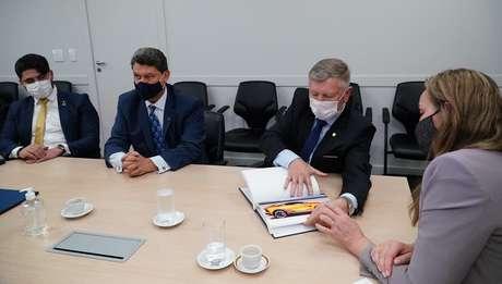 Representantes da empresa mexicana se reuniram com a governadora interina Daniela Reinehr.
