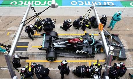 Paradas nos boxes permitem ver os carros de F1 de um ângulo diferente, mas os patrocínios sempre aparecem.