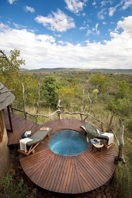 41. Aprecie a vista nesta área de lazer com piscina redonda pequena. Fonte: Pinterest