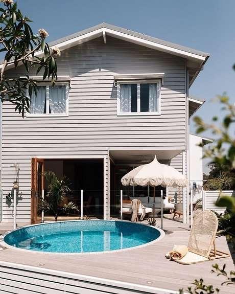 1. A piscina redonda estruturada na área de lazer tem um recuo para posicionar espreguiçadeiras. Fonte: Pinterest