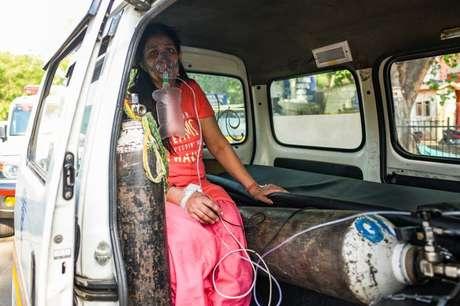 Com falta de leitos na Índia, muitos ficam à espera de admissão no hospital