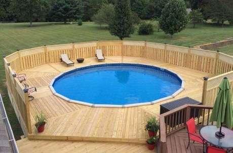 22. O deck marca a área molhada ao redor da piscina redonda. Fonte: Pinterest