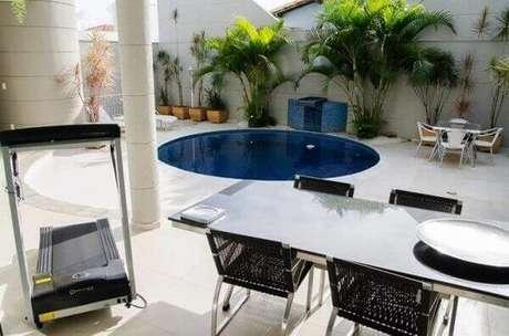 12. Projeto de casa com piscina redonda e cascata. Fonte: Pinterest