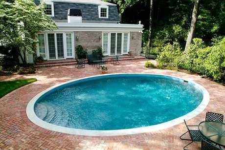 34. Casa de campo com piscina de fibra redonda. Fonte: Arkpad