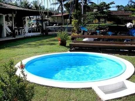 28. Modelo de piscina de fibra redonda com espaço para limpar os pés. Fonte: Arkpad