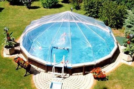 46. A cobertura sobre a piscina redonda permite que os moradores possam usar em todos as estações do ano. Fonte: Pinterest
